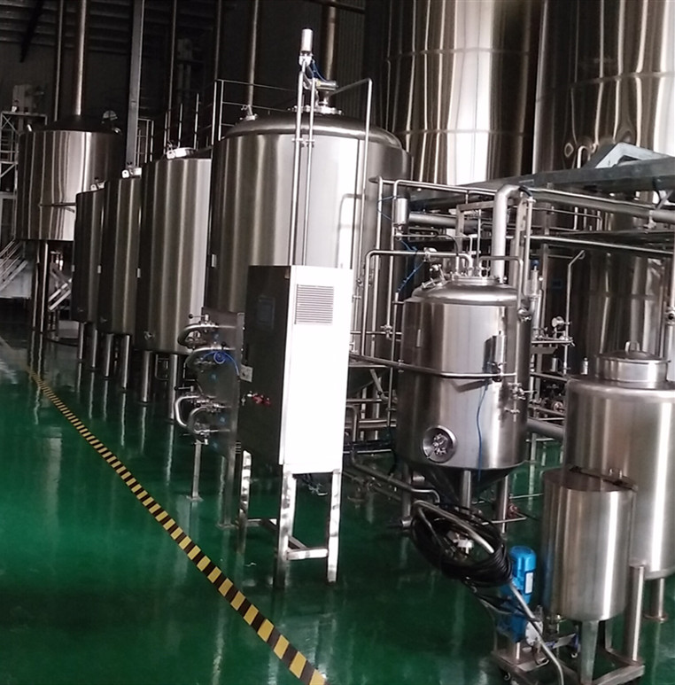 What independent equipment is included in beer brewing systems in breweries and restaurants?